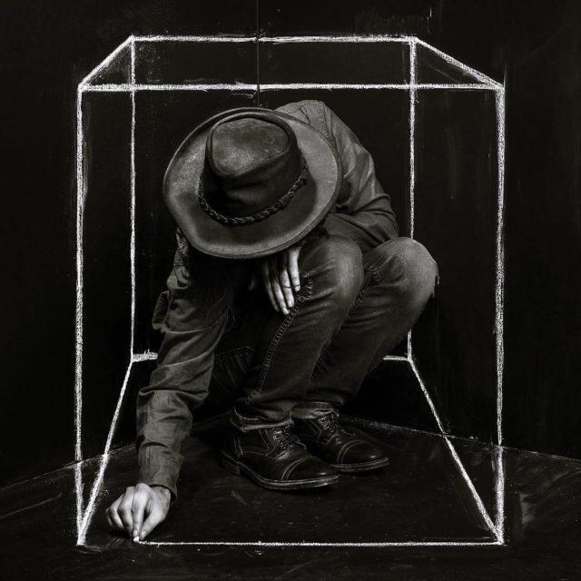 A liberação é possível porque as prisões são linhas imaginárias e o sofrimento é autoimposto, então podemos parar — especialmente se tomarmos a humanidade como um todo e olharmos a quantidade de estruturas de violência e desigualdade que nós mesmos construímos para nos matarmos uns aos outros (Arte: John Dykstra)